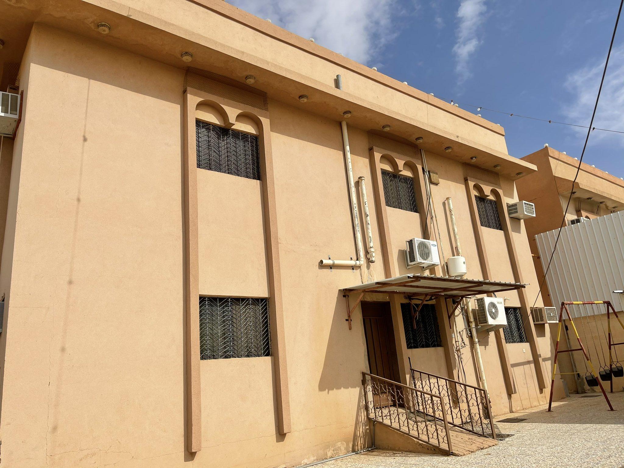 للبيع فيلا دورين مفصولات + حوش الموقع: البكيرية حي العزيزية